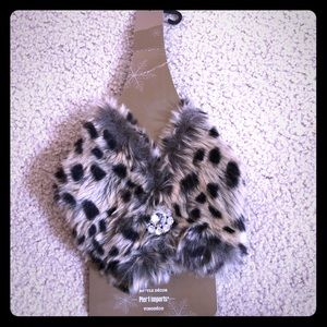 Faux leopard fur with brooch to adorn a bottle